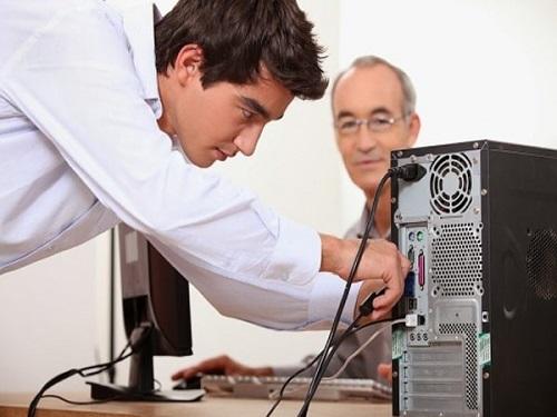 Cẩn thận rút các dây kết nối máy tính